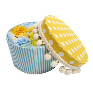 [To upholstered round box put the happiness of Mi roses and Yotsuba Clover / Preserved Flowers]